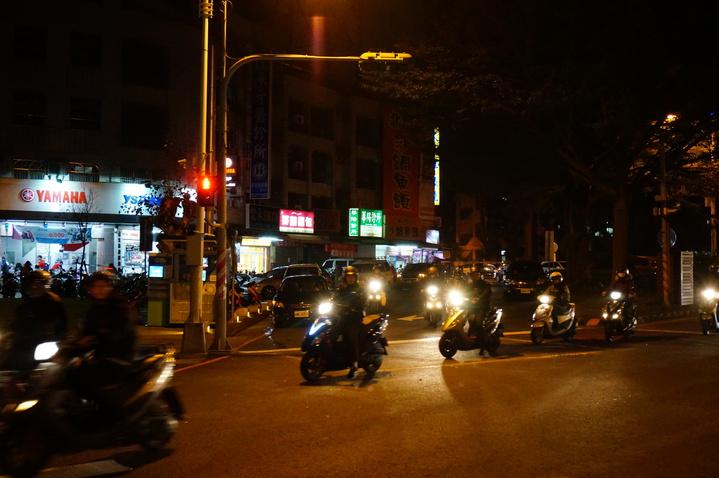 機車騎士經過徒步區。記者林伯驊/攝影