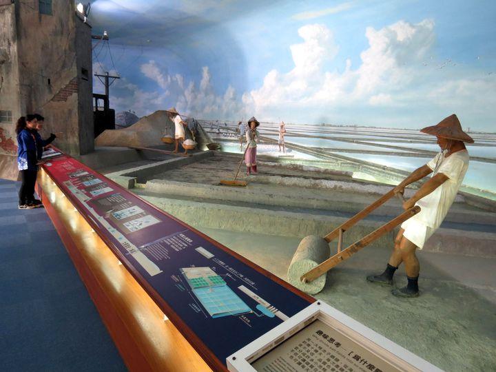 台灣鹽博物館以真人比例塑像與老器材展現古早鹽田工作實況。記者周宗禎/攝影