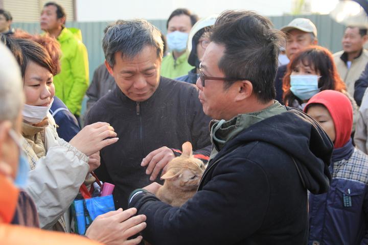 胡姓父親一接到貓,就熱淚盈眶,覺得兒子有救。記者鄭宏斌/攝影