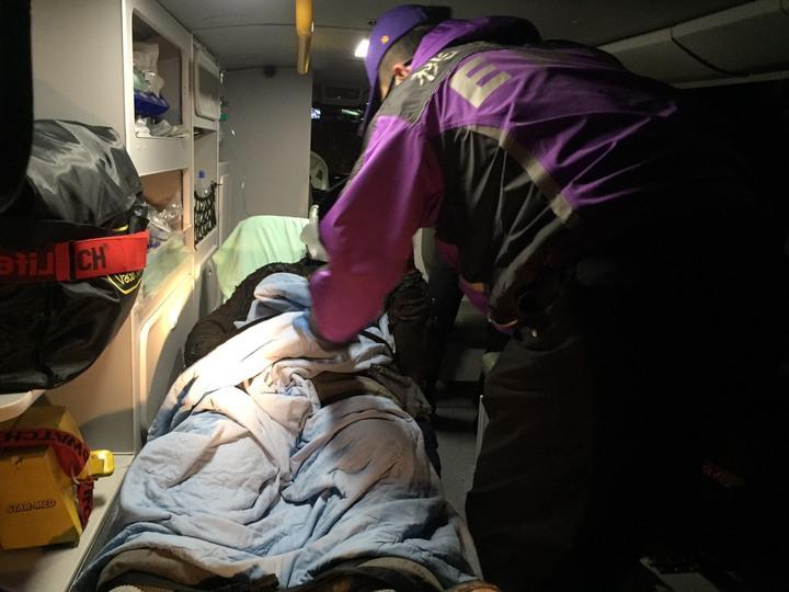 救護人員救出五人,但受到嚴重燒燙傷。記者葉臻/翻攝