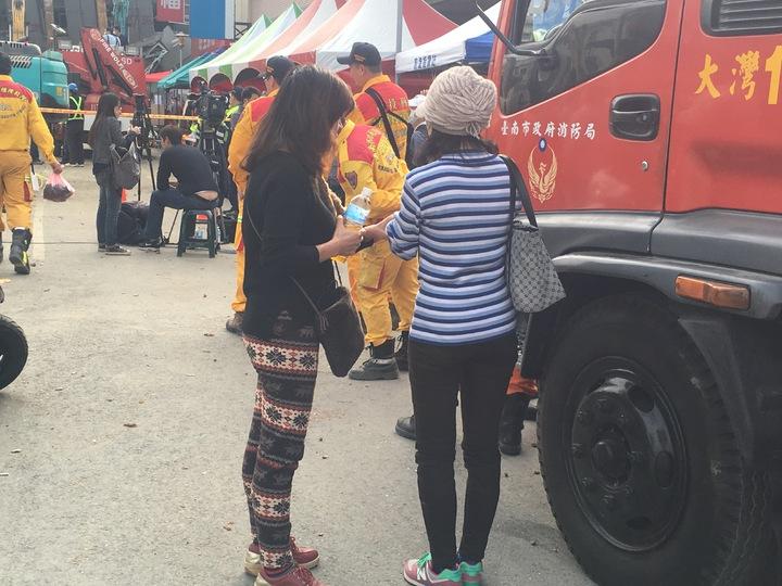 高怡欣(右)與民眾不斷在現場禱告,盼望奇蹟出現。記者徐葳倫/攝影
