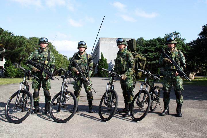 陸軍特戰指揮部日前因應本報申訪,在龍潭武漢營區示範傘兵越野折疊自行車4種人員作戰騎乘構型。記者洪哲政/攝影