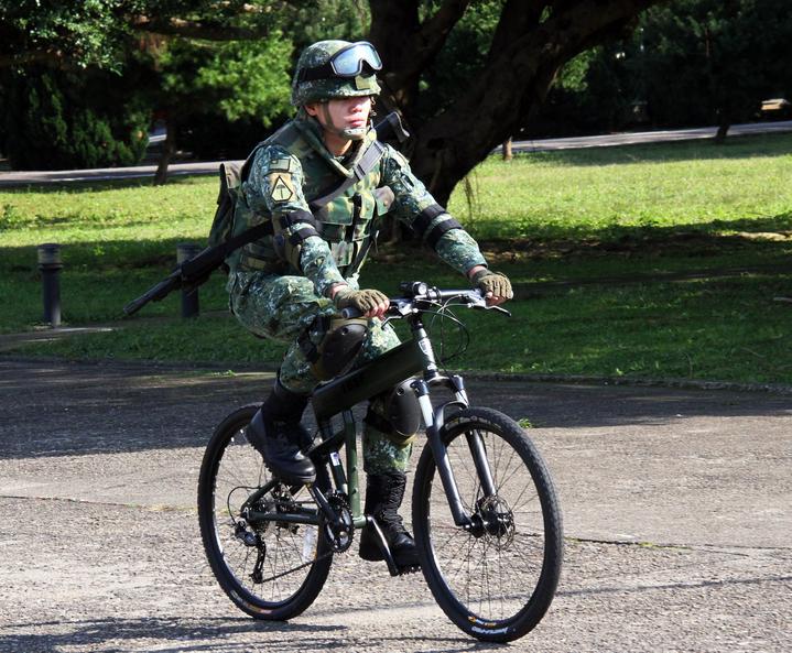 城鎮戰攻堅騎乘姿態。傘兵越野折疊自行車作戰騎乘構型之城鎮戰攻堅著裝,士兵攜帶霰彈槍的騎乘姿態。記者洪哲政/攝影