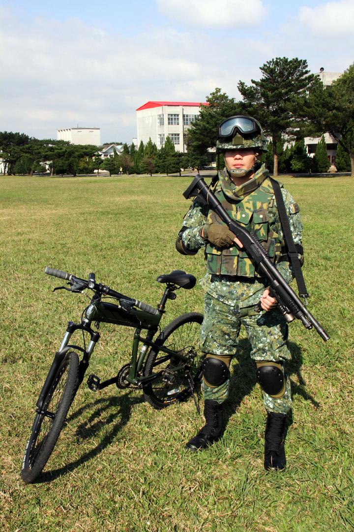 城鎮戰攻堅構型。傘兵越野折疊自行車作戰騎乘構型之城鎮戰攻堅著裝,士兵攜帶霰彈槍。記者洪哲政/攝影