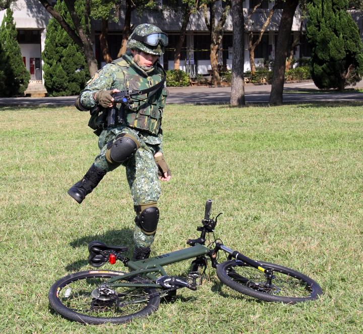 傘兵自行車曾在去年紀念抗戰國防展演上首度公開操演,特戰兵在校閱場上騎車衝剌,自座墊上閃身快速臥倒,以車為依託,出槍模擬與敵軍對抗,令外界印象深刻,對大背槍的士兵而言,其實動作十分繁複。記者洪哲政/攝影