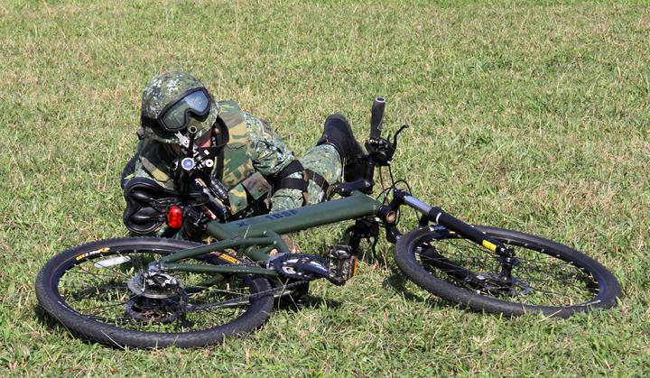 傘兵自行車士兵可在行進間自座墊上閃身快速臥倒,以車為依託出槍。記者洪哲政/攝影