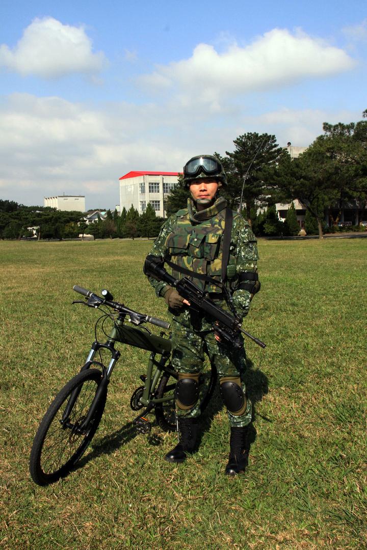 通訊兵構型。傘兵越野折疊自行車作戰騎乘構型之通訊兵著裝,士兵背負37C無線電機配合步槍。記者洪哲政/攝影
