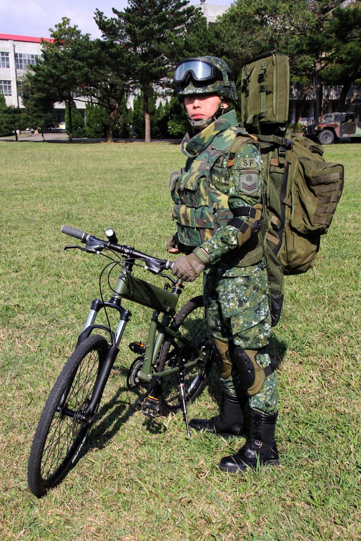 狙擊手構型。傘兵越野折疊自行車作戰騎乘構型之狙擊手著裝,以專用背包攜行REPR20輕型狙擊槍。記者洪哲政/攝影