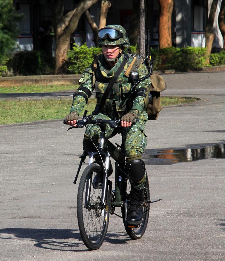 火力班構型騎乘姿態。傘兵越野折疊自行車作戰騎乘構型之火力班構型,騎乘士兵攜行機槍與通訊器材時的騎乘姿態。記者洪哲政/攝影