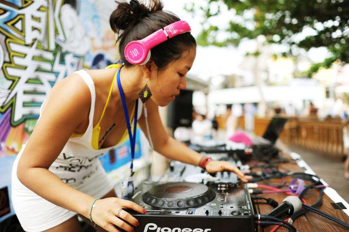為春吶暖身,墾丁夏都沙灘酒店舉辦沙灘音樂派對,為國內少見的沙灘時尚音樂派對,請來國際知名百大DJ秀音樂。圖/夏都提供