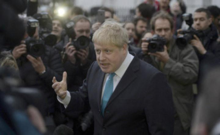 倫敦市長強森21日在倫敦家門前告訴大批記者,他支持英國脫歐。(路透)
