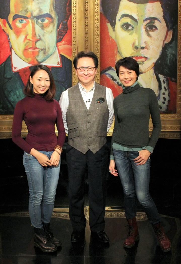 柯淑勤(右)、杜蕾(左)母女檔同上公視李四端主持「愛的萬物論」對談。圖/公視提供