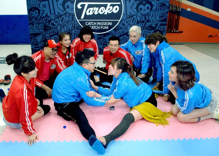 沈玉琳、李懿上「名模出任務」玩劈腿吃餅乾遊戲。圖/華視提供