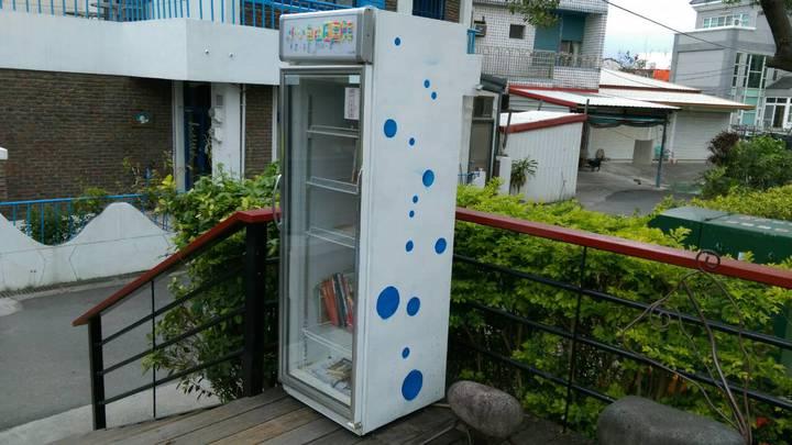 民宿業者以廢棄冰箱設置的書櫃,提供民眾閱讀。記者潘俊偉/攝影