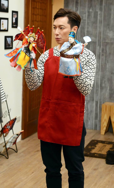 謝祖武為戲耍布袋戲玩偶。圖/八大提供