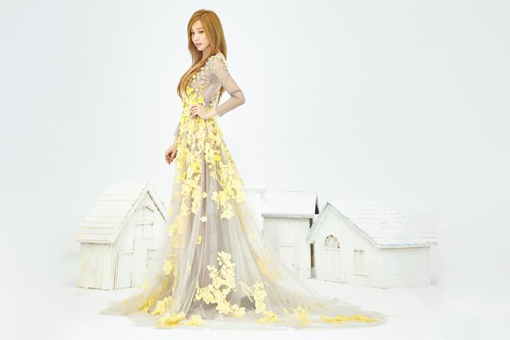 王心凌拍攝現代時尚版的「愛麗絲夢遊仙境」。圖/環球唱片提供