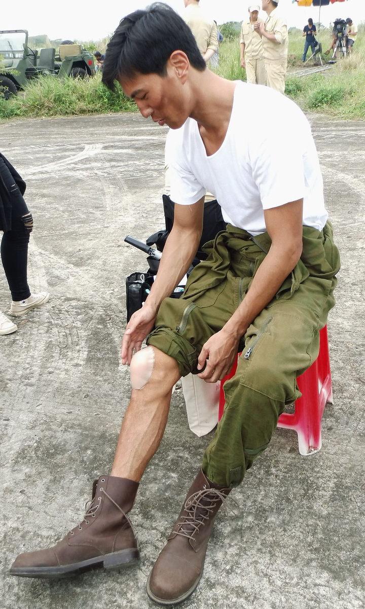 鍾承翰在膝蓋上黏了Nubra。圖/公視提供