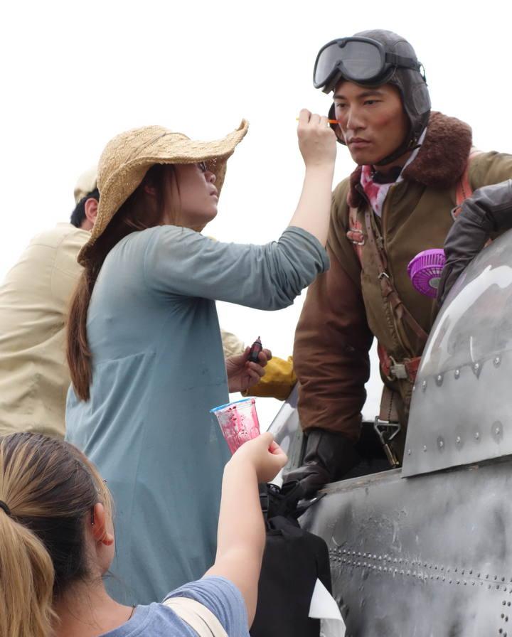 鍾承翰(右)為機內火烤戲做準備。圖/公視提供