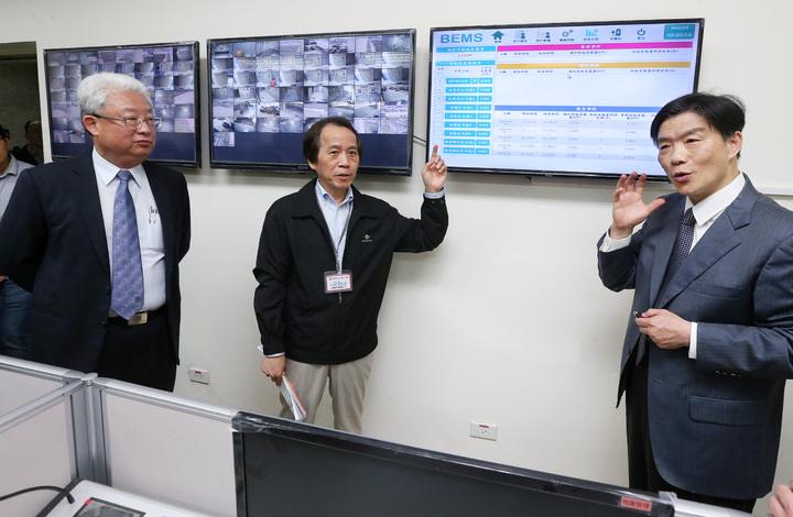 台北市副市長林欽榮(中)、台電總經理朱文成(左)視察興隆公共住宅智慧微電網建置。。記者胡經周/攝影
