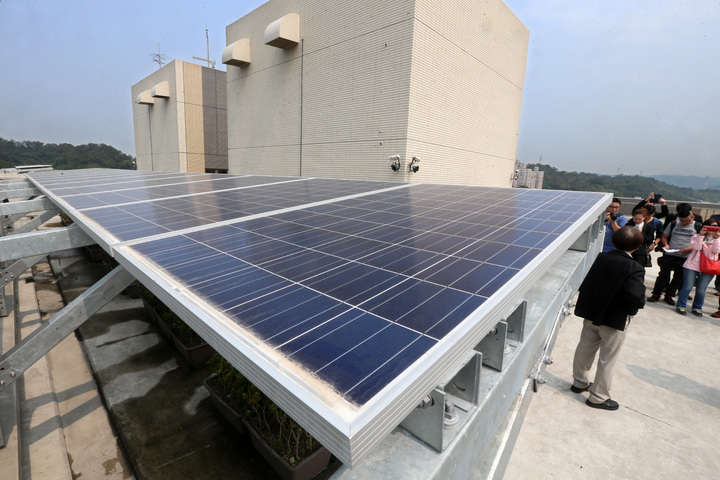 興隆公共住宅1區完成智慧微電網,屋頂太陽能板。記者胡經周/攝影