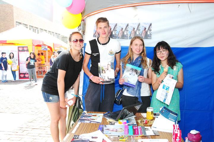 靜宜大學的「411出國留遊學」活動,可以吸引多國學生交流,本土學生也可以到國外遊學甚至當留學生,讓大學生更有國際觀。圖/靜宜大學提供