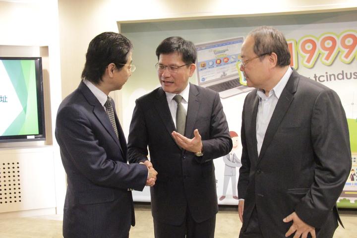 台中市長林佳龍(中)與企業負責人溝通。記者陳秋雲/攝影