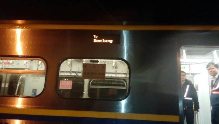 中,台鐵楊梅段意外一名男性當場被撞死亡,目前屍體還卡在火車下。記者張雅婷/翻攝