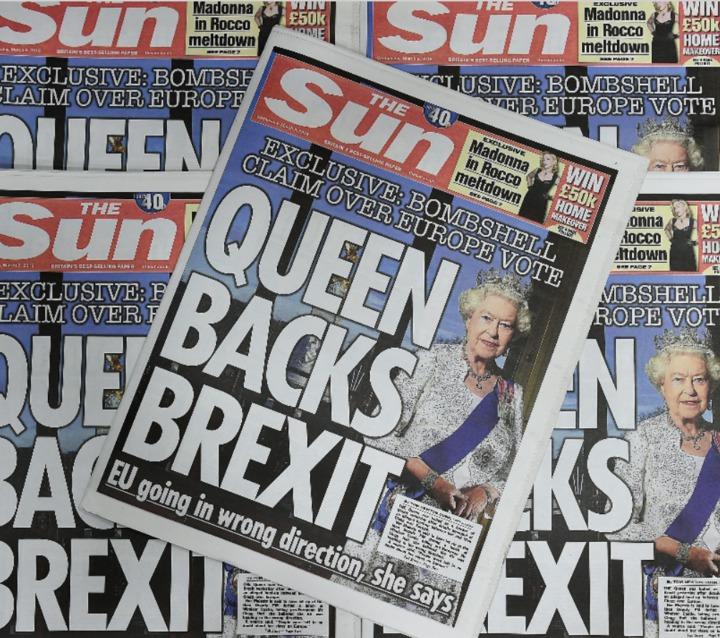 英國太陽報紙在頭版報導女王支持英國脫離歐盟。歐新社