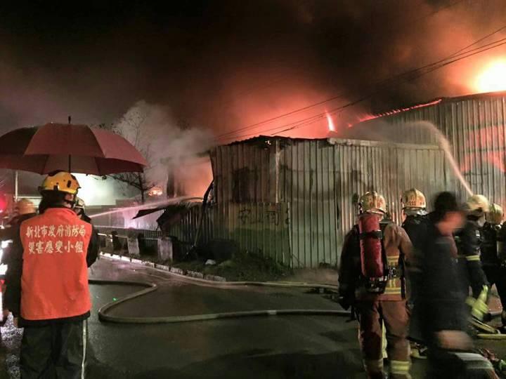 新北市新店區安業街今天凌晨發生鐵皮工廠大火,共7間廠房燒毀。記者王長鼎/翻攝