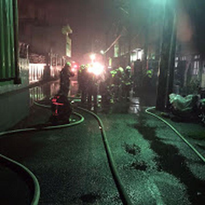 龍井區一家塑膠工廠今晚傳出火警。圖/台中市消防局提供