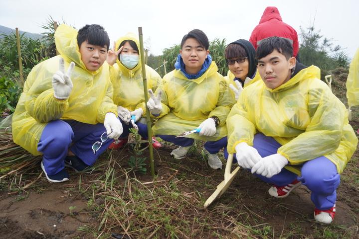 金山高中同學也加入種樹行列,一年級的陳漢昇(左1)說,首次參加植樹節活動,覺得能為環境盡一份心很有意義,希望種下的樹苗可以快快長大,守護北海岸環境。記者曾健祐/攝影