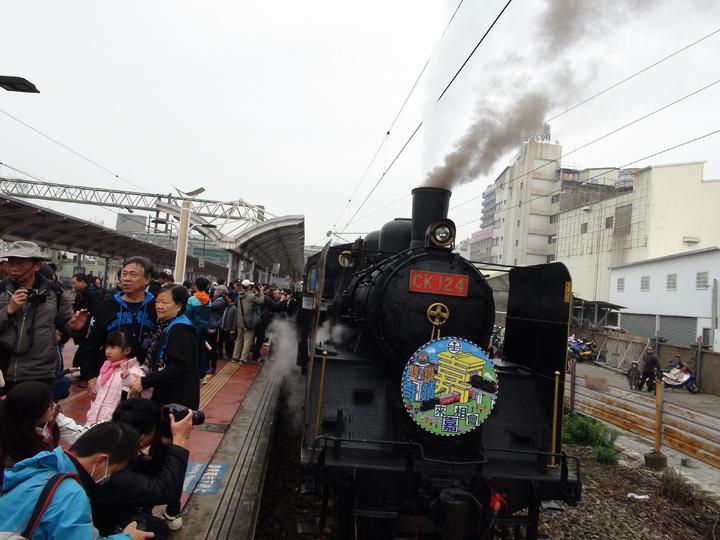 睽違三年,台鐵CK124蒸汽郵輪列車再度停靠雲林,今天上午9點06分抵達斗六車站,吸引各地鐵道迷爭相朝聖。記者陳雅玲/攝影
