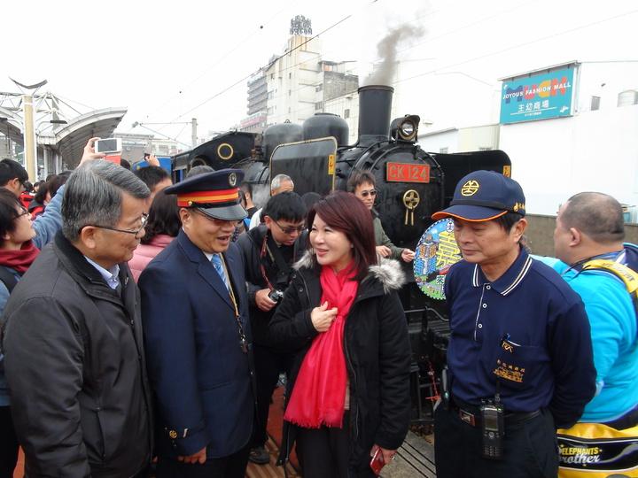 睽違三年,台鐵CK124蒸汽郵輪列車再度停靠雲林,今天上午9點06分抵達斗六車站,吸引各地鐵道迷爭相朝聖,雲林縣副縣長張皇珍(右二)也趕來回憶小時候搭火車的回憶。記者陳雅玲/攝影