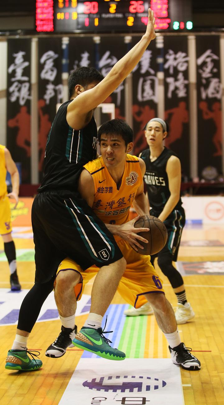 台銀隊陳順詳(中)在防守中尋求傳球機會。  圖/中華籃球協會提供