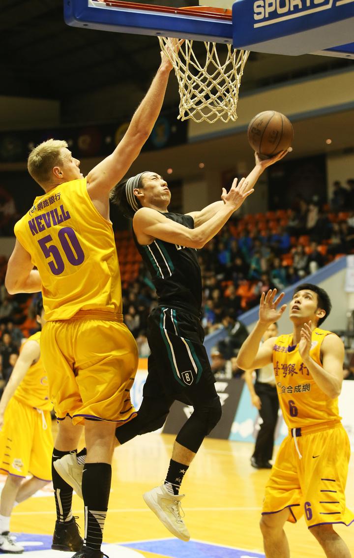 富邦隊林書緯(中)挑籃得手,他今天攻下全隊次高24分。 圖/中華籃球協會提供