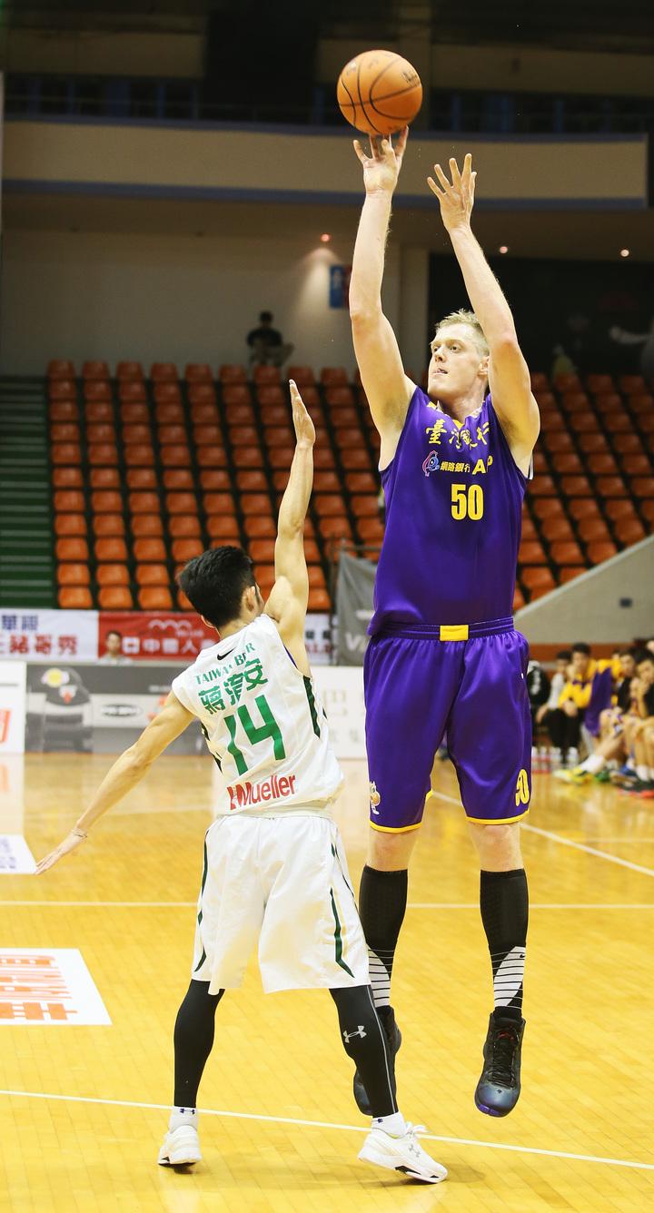 台銀隊洋將奈維爾(右)比防守的台啤隊後衛蔣淯安高2個頭,出手完全不被干擾。 圖/中華籃球協會提供
