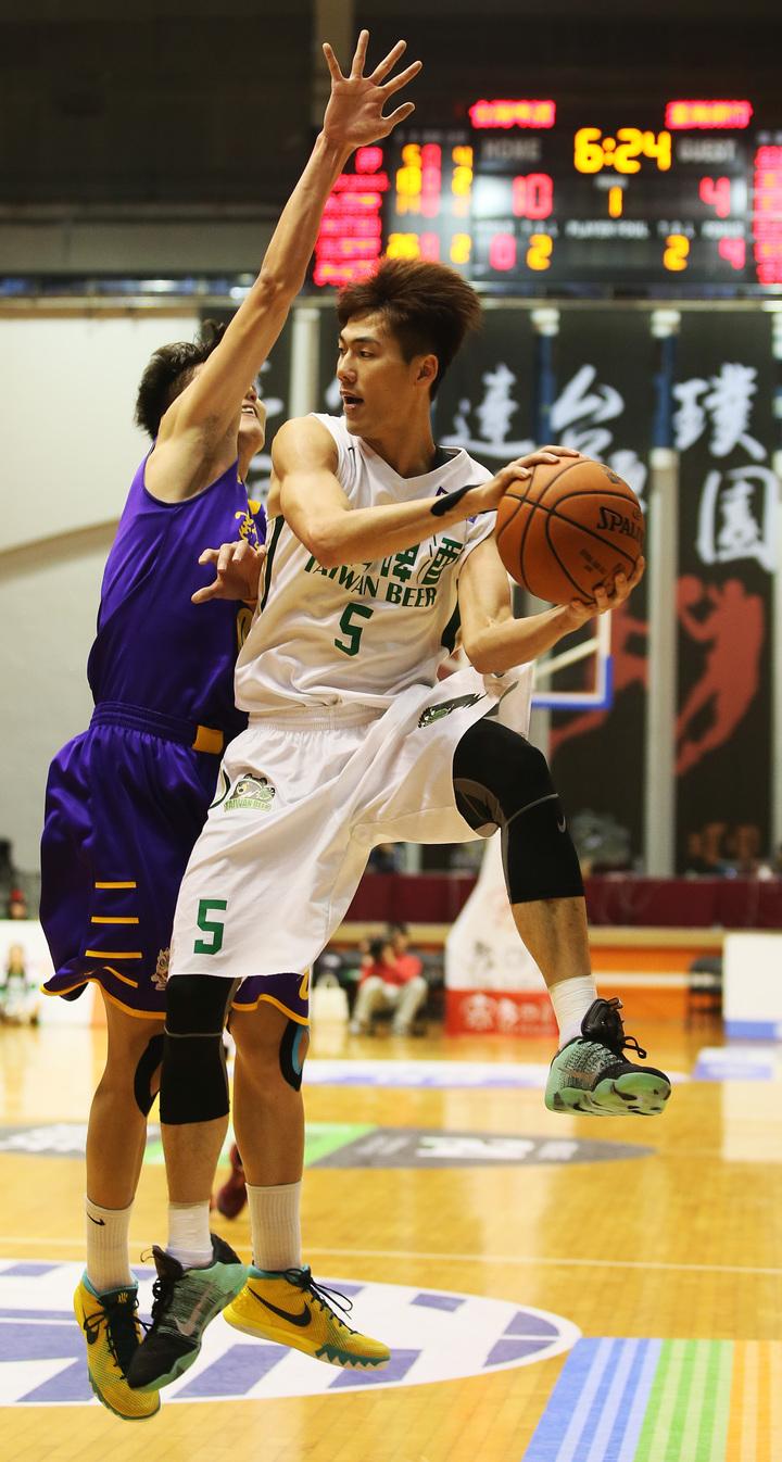 台啤隊劉錚(右)在空中找傳球機會。 圖/中華籃球協會提供