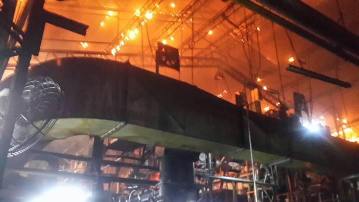 竹東消防分隊趕赴現場時,工廠火勢相當大,花費十分鐘才控制火勢,所幸無人員受傷。記者葉建宏/翻攝