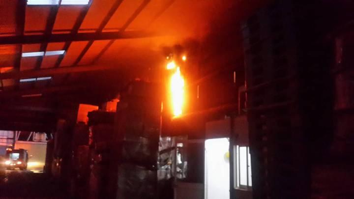鍋爐火苗引燃上方天花版,導致10平方公尺面積燃燒。記者葉建宏/翻攝