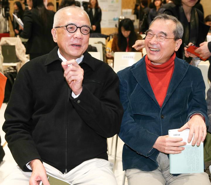 誠品信義書店今天下午召開記者會,董事長吳清友(左)與遠流出版董事長王榮文(右)皆出席。記者程宜華/攝影
