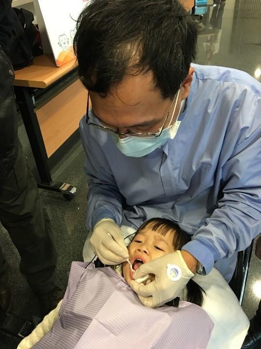 牙醫師提醒,當寶寶一長出乳牙,應立即就醫評估是否塗氟、預防蛀牙。記者陳麗婷/攝影