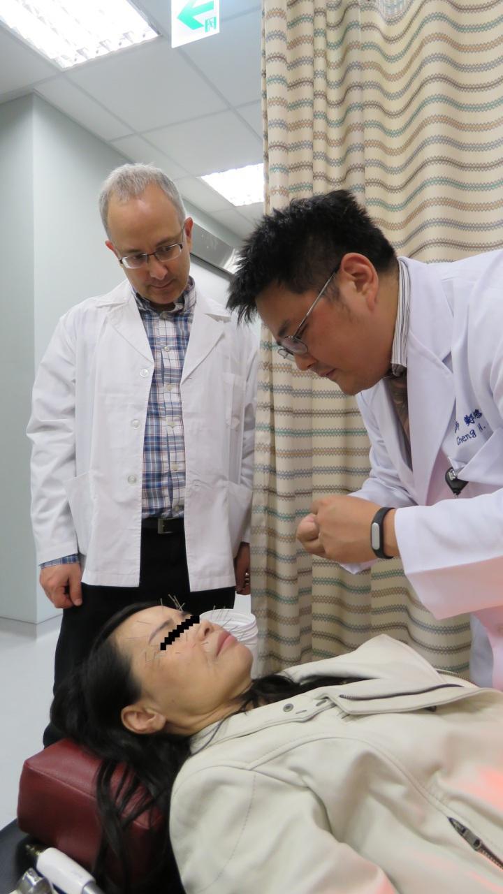 台中市長安醫院中醫部主任鄭鴻強利用針灸替人縮臉、除皺紋,還吸引歐美人士來台取經。照片/長安醫院提供