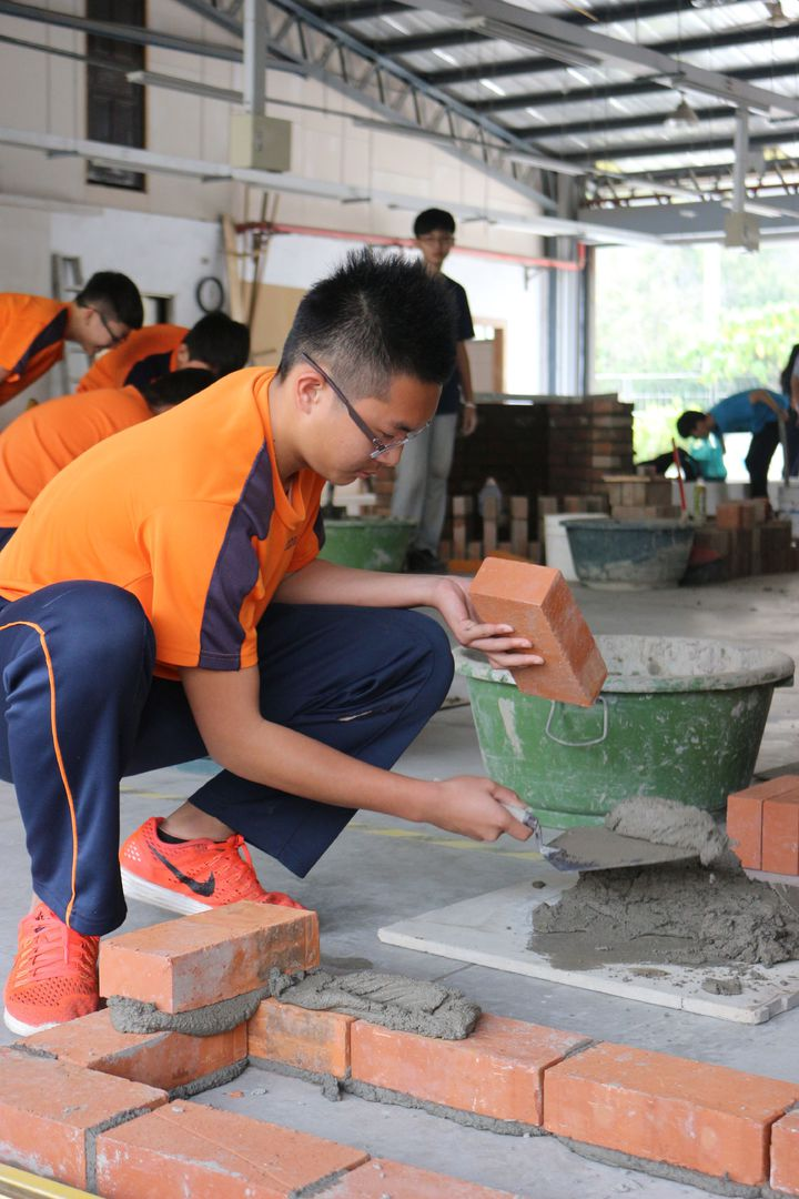 國中生體驗泥水工砌磚。記者周宗禎/攝影