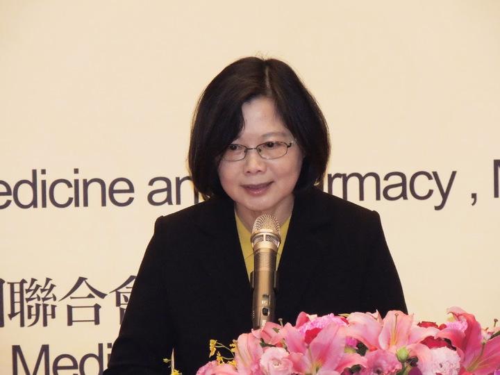總統當選人蔡英文今天上午出席2016台灣中醫藥臨床學術大會時,表示台灣現在不論是政治、經濟、或社會,都需要好好調理。記者祁容玉/攝影