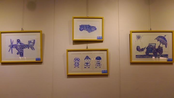 由自閉兒成立的設計團隊「星奇兒」,和公視連續劇「一把青」合作,由劇中元素發想,創作出Q版飛行員、戰機等青花圖繪,今起在華山文創園區文化部小客廳展覽。記者張錦弘/攝影