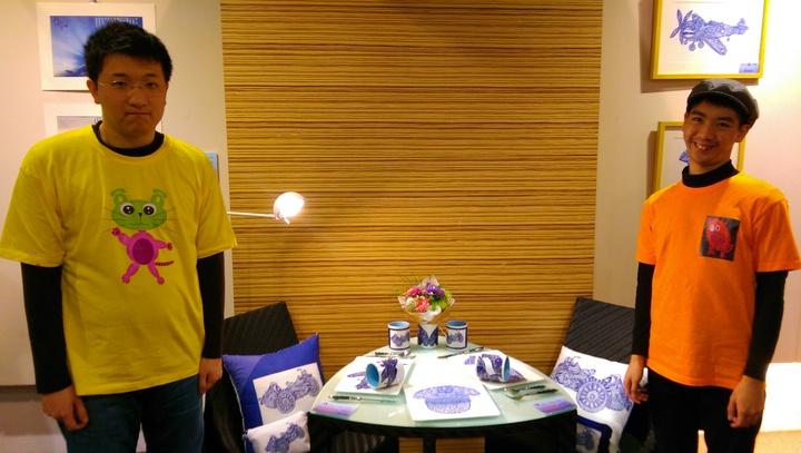 由自閉兒成立的設計團隊「星奇兒」,和公視連續劇「一把青」合作,由劇中元素發想,創作出抱枕、馬克杯等文創商品,圖為星奇兒團隊成員黃迺翔(左)、王仲誠(右)。記者張錦弘/攝影