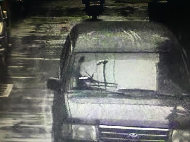 邱女與友人駕駛休旅車載著空彈殼前往咖啡店門口,丟置後旋即離去。記者李易昌/翻攝