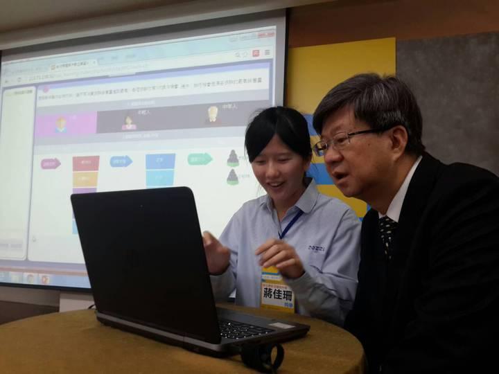彰安國中學生教教育部長吳思華,如何透過玩遊戲和其他同學溝通。鄭語謙/攝影