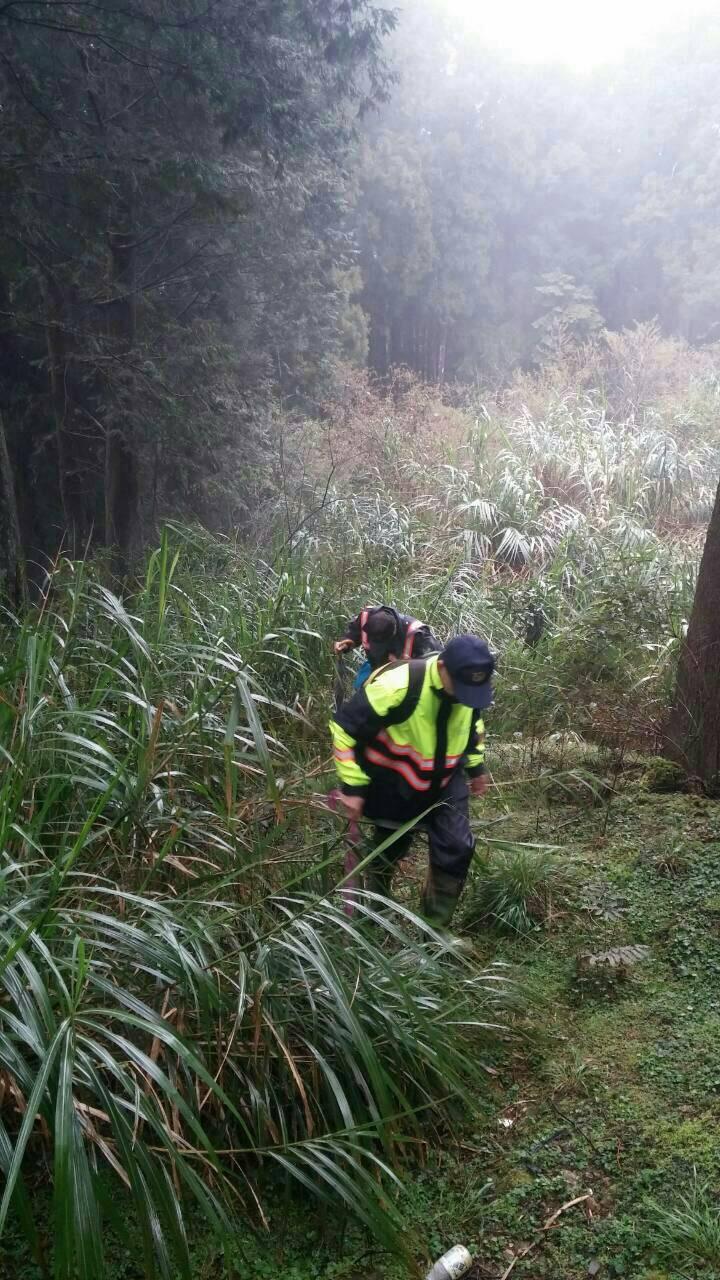 近20名警察、消防員及阿里山工站人員,今擴大範圍找人。圖/阿里山工作站提供