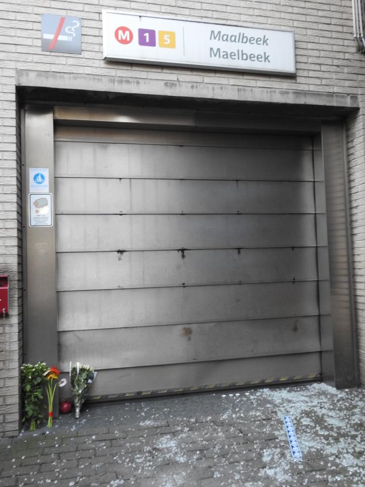 爆炸地鐵站外滿地碎玻璃,地面仍可見血跡,有民眾獻上鮮花致意。布魯塞爾記者蕭白雪/攝影